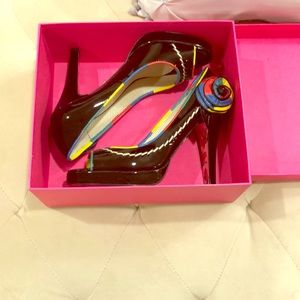 Betsy Johnson peep toe pumps in patent size 9